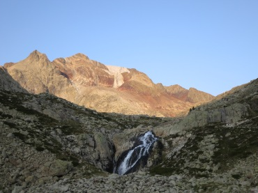 The first glow of the AM sun shines bright on the Picos del Infierno
